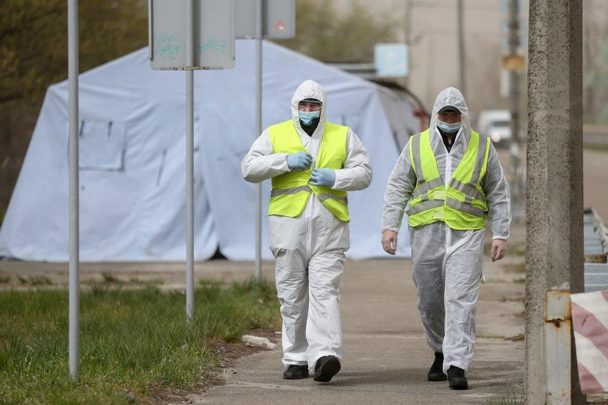 Сотрудники полиции в белых защитных костюмах, коронавирус
