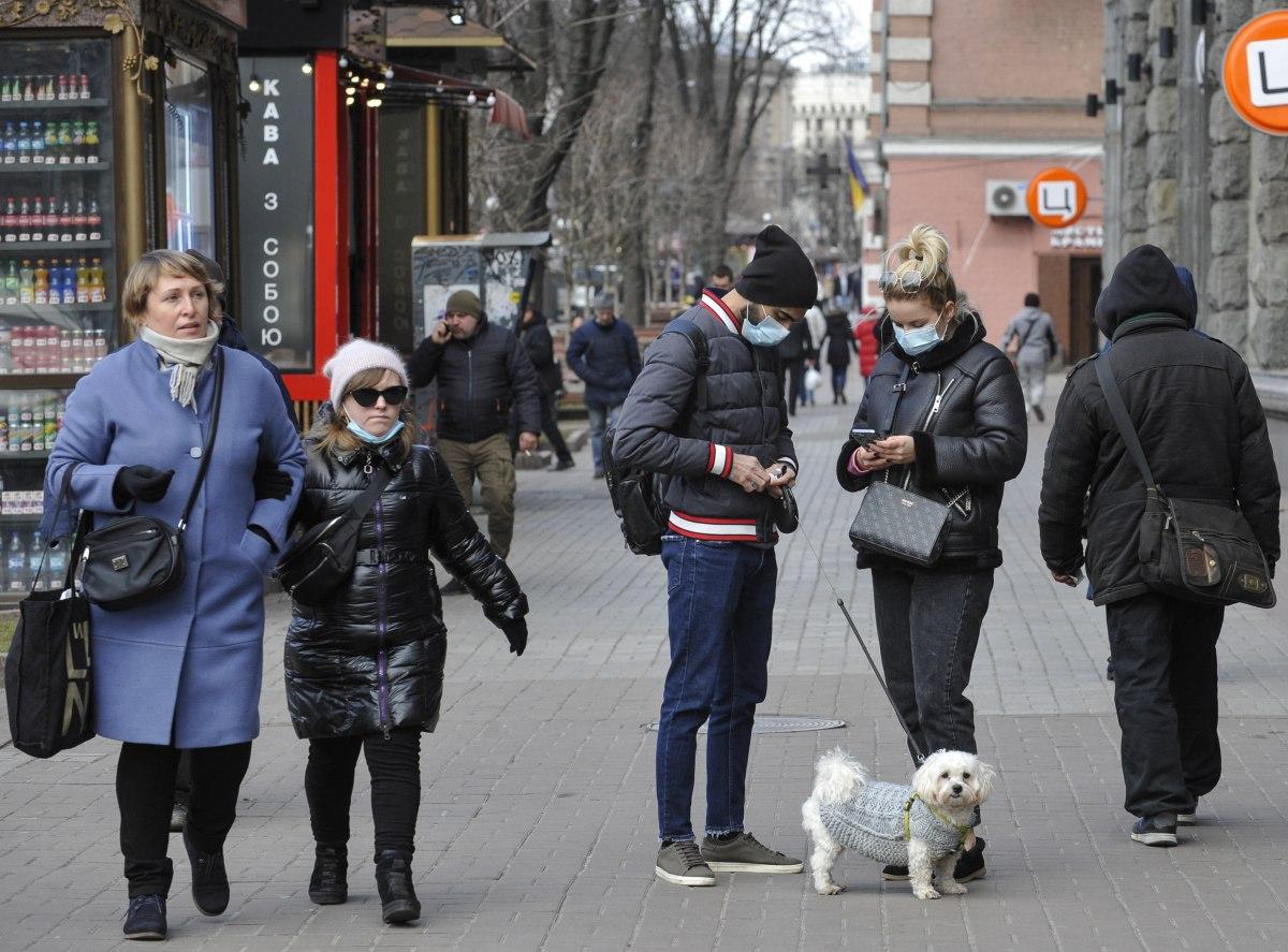 Карантин, коронавирус, люди в защитных масках
