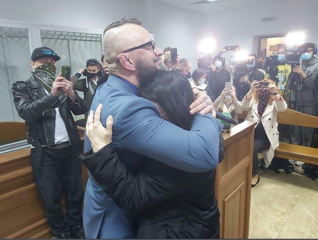 Андрій Антоненко з дружиною у залі суду