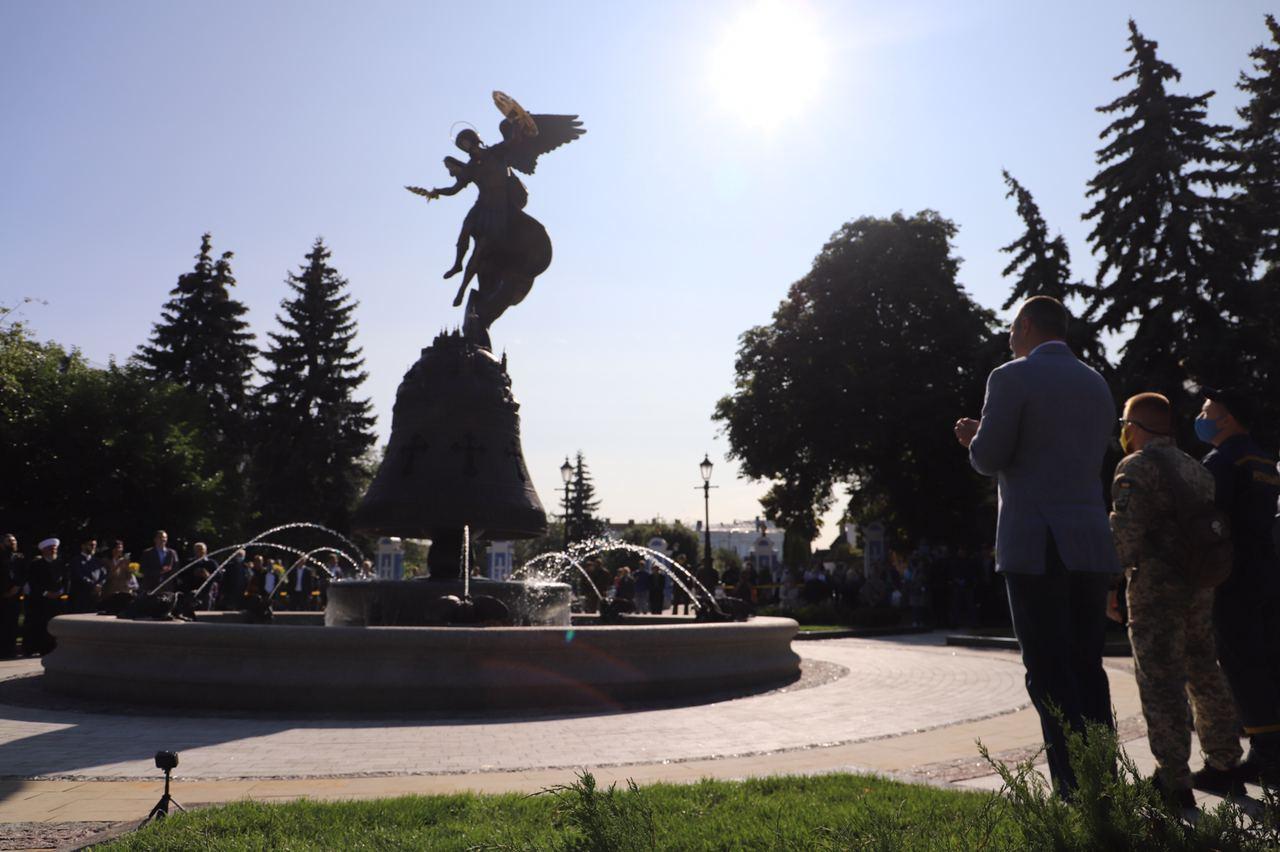 """Фонтан со скульптурой Архистратига Михаила в парке """"Владимирская горка"""""""