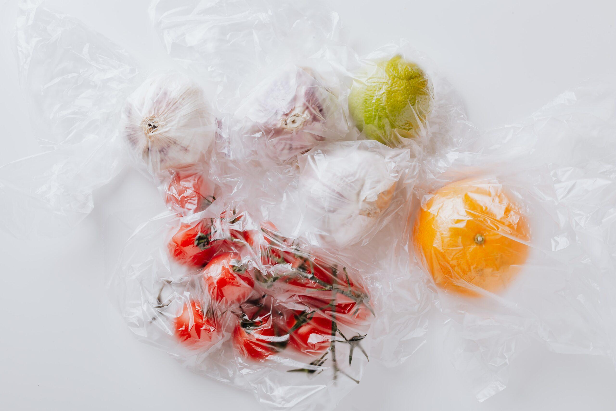 Овочі та фрукти у пластиковому пакеті